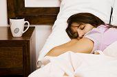 Постер, плакат: Молодой Спящая Женщина возле пустого Кубок