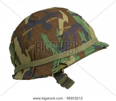 Capacete militar dos Estados Unidos com uma tampa de camuflagem Woodland M81 padrão. Floresta não é mais usada por th