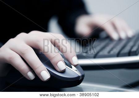Mujer mano ratón de la computadora