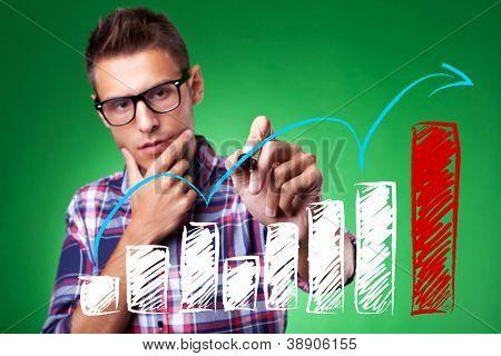 casual hombre con gafas dibujo una flecha ascendente, que representa el crecimiento del negocio.