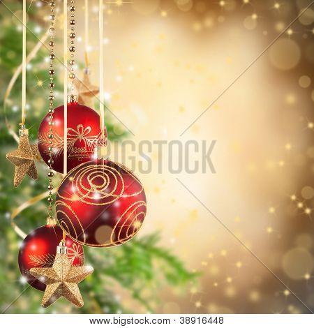 Thema Weihnachten mit roten Glaskugeln und Freiraum für text
