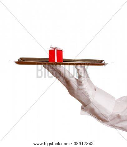 De la mano en el guante con bandeja de plata con caja de regalo aislado en blanco