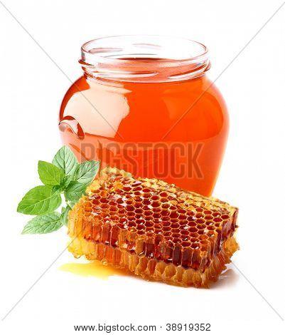 Frischer Honig mit Waben und Minze