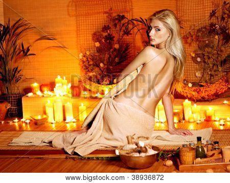 Joven recibir masaje en el spa de bambú.