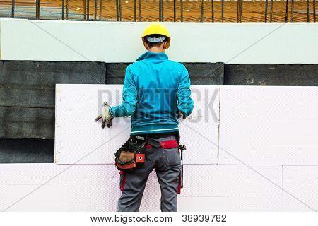 trabalhadores da construção civil na construção do site quando o isolamento do edifício