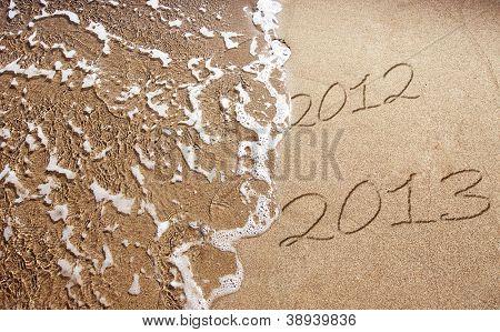2013 Ano novo está chegando - números escritos na areia na praia exótica