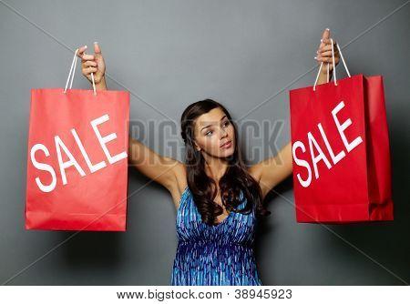 Retrato de bonita morena segurando a venda paperbags