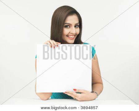 Mujer asiática de origen indio con una tabla en blanco