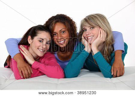 Freundinnen posieren für die Kamera