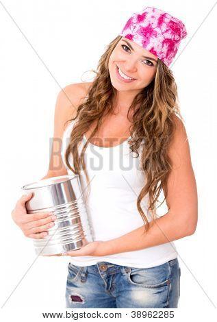 Mulher segurando uma lata de tinta - isolada sobre um fundo branco