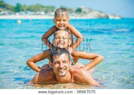 Familie spielen im Meer