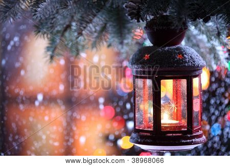 Weihnachten-Laterne mit Schneefall, Closeup.