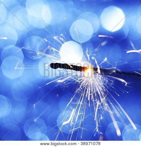 Wunderkerze auf blau Bokeh Hintergrund Makro Nahaufnahme