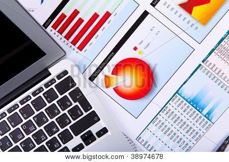 Finanzielle Papier Diagramme und Grafiken auf dem Tisch
