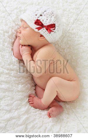 Neugeborenen Weihnachten Babymädchen schlief auf einer Decke.