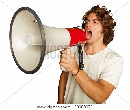 Retrato de um homem jovem bonito gritando com megafone em fundo branco