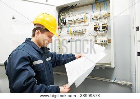 Constructor de electricista en trabajo inspección conexión cableado de línea eléctrica de alta tensión en ind