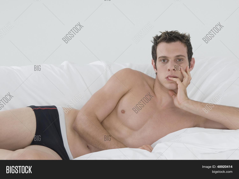 Chica al natural desnuda en la cama - Pichurris