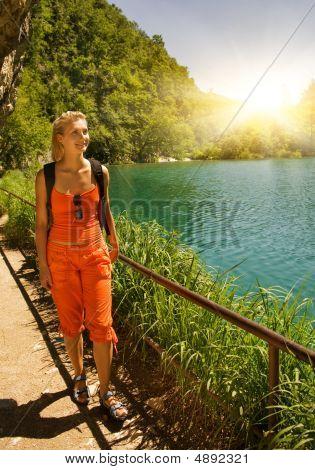 Tourist Erwachen im Wald nahe dem See