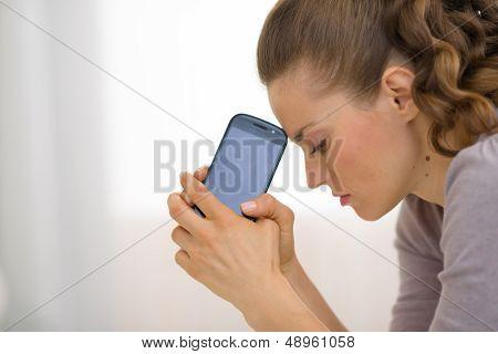 Porträt der gestresste junge Frau mit Handy