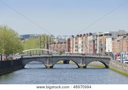 DUBLIN, Irland - 7. Juni: Mildert Brücke und Fluss Liffey, Dublin, Irland am 7. Juni 2013