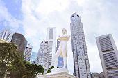 pic of tomas  - Statue of Sir Tomas Stamford Raffles  - JPG