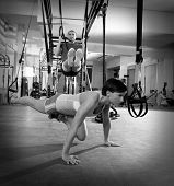 CrossFit Fitness TRX Trainingsübungen im Fitness Frau Push-up und Dip Ringe Mann-workout
