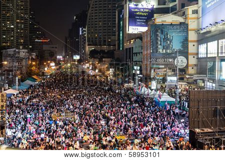 BANGKOK - JANUARY 22: thousands of Thai people protesting against the government in the Asoke district, sukhumvit road on January 22, 2014 in Bangkok, Thailand