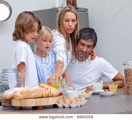 liebevolle Familie dem Frühstück