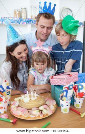 Happy little Mädchen feiert Geburtstag