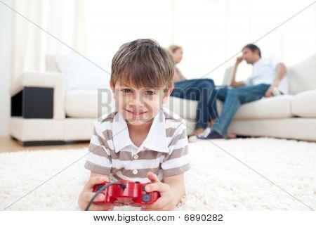 Adorable niño jugando juegos de Video