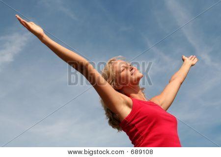 Mulher feliz com seus braços abertos ampla