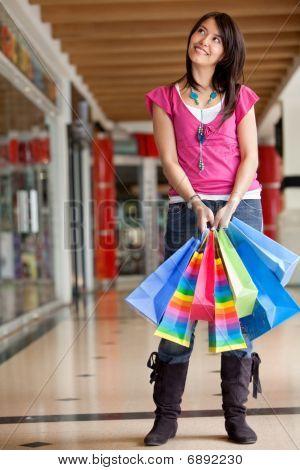 Mujer compra pensativa