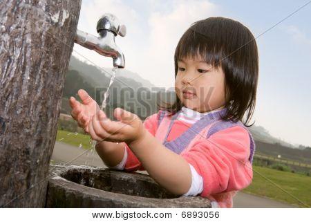 Bebê lavar mão