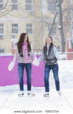 Frauen Eislaufen Holding hände