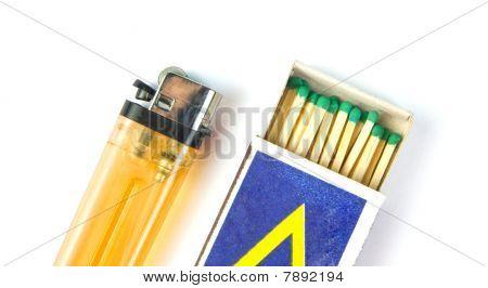 Encendedor de cigarrillos y cerillas