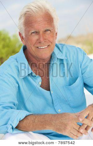 Outdoor Portrait eines attraktiven gut aussehend senior Mannes