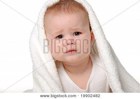 El bebé que llora bajo una toalla