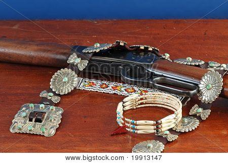Ureinwohnerschmucksachen mit westlichen Gewehr