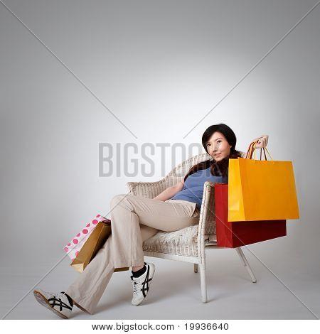 Mulher sentada na cadeira de compras