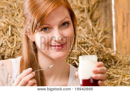 Frau gesund genießen Naturjoghurt Land