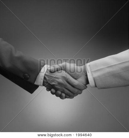 Agitar las manos para amistad, compromiso, saludos, enlace.