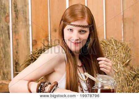 Rot-Haar-Hippie-Frau frühstücken In Scheune