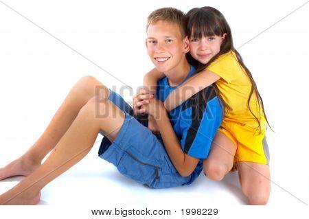 ein Mädchen und ein Junge eine große Umarmung