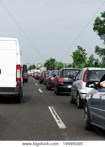 Congestionamento de trânsito antes da chuva