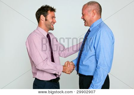 Foto von zwei Geschäftsleuten schütteln die Hände vor einem einfarbigen Hintergrund, Teil einer Reihe finden Sie in meinem portfolio