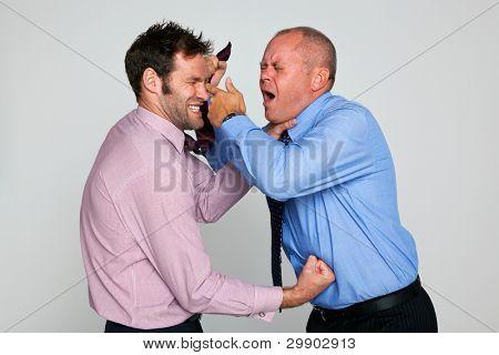 Foto von zwei Geschäftsleute kämpfen vor einem einfarbigen Hintergrund, Teil einer Reihe finden Sie in meinem Portfolio für