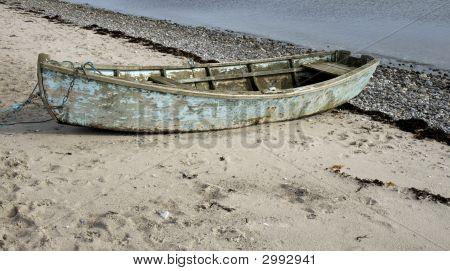 Viejo bote en la playa