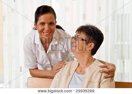 una enfermera en el cuidado de los ancianos para los ancianos en asilos