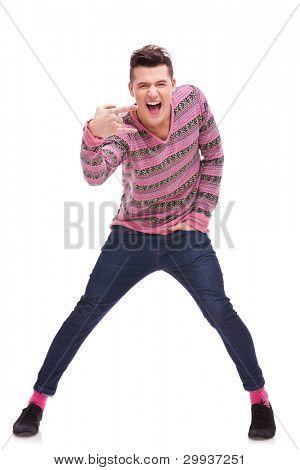 casual joven haciendo un símbolo del rock and roll sobre fondo blanco